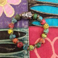 Armband mit versilberten Buddha und afrikanischem Glas im ethnischem Stil.