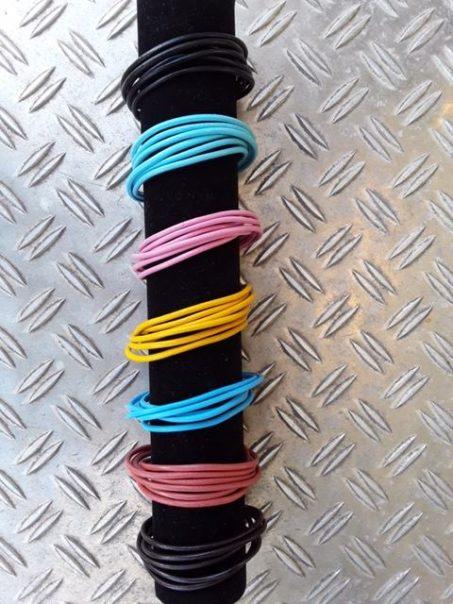 Doppelt gewickelt 3rhg Lederband mit Magnetschloss in verschiedenen Farben.